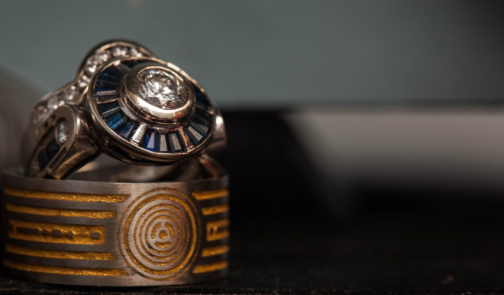 2hANEI1KTbyZwQ5S3BvN_R2D2-and-C3PO-wedding-rings-via-CustomMade.png