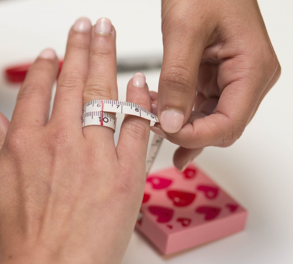 How To Measure Finger For Ring With Measuring Tape