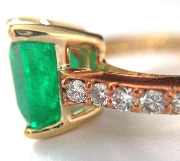 zdSrFsH4Rkia1mKHaupx_Emerald-and-copper-engagement-ring-via-CustomMade-11-592x530.jpg