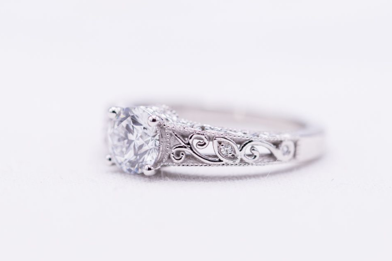 Round lab-created diamond in white gold with filigree